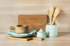 Loza, vajilla, utensilios y materia rústicos y del vintage de madera en tablero de madera Todavía de la cocina vida como fondo pa imagenes de archivo