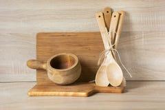 Loza, vajilla, utensilios y materia rústicos y del vintage de madera en tablero de madera Todavía de la cocina vida como fondo pa fotos de archivo libres de regalías