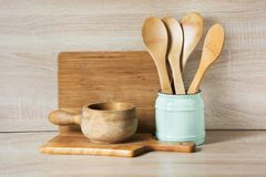 Loza, vajilla, utensilios y materia rústicos y del vintage de madera en tablero de madera Todavía de la cocina vida como fondo pa foto de archivo