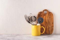 Loza y cubiertos en una tabla ligera fotografía de archivo libre de regalías