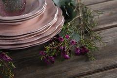 Loza y decoraciones florales en tablón de madera foto de archivo libre de regalías