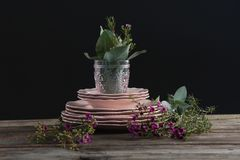 Loza y decoraciones florales en tablón de madera fotografía de archivo