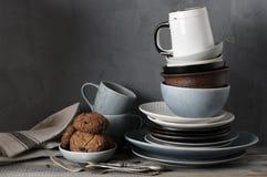 Loza y galletas en la tabla de cocina fotografía de archivo