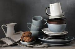 Loza y galletas en la tabla de cocina Foto de archivo