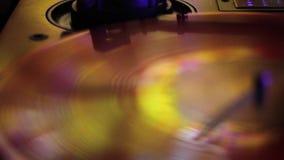 LP som roterar disketten i guling- och guldsignaler stock video