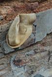 LPainted-Junge, der Drachen mit wirklichem Hut auf der roten Tür mit Wand des roten Backsteins von der Straße von George Town spi Lizenzfreie Stockfotos