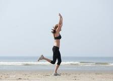 Löpare som firar med armar som lyfts i framgång Royaltyfria Bilder
