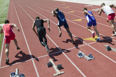 Löpare som startar loppet på löparbana Fotografering för Bildbyråer