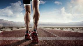 Löparefot som kör på vägen Arkivfoto
