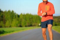 Löpareutbildning och kontrollera den smarta klockan för stoppur, arg countr Royaltyfria Bilder