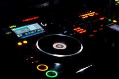 转盘和LP唱片在DJ音乐甲板 免版税库存照片