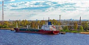 LPG-tankfartyg framme av en terminal för gaslagring Royaltyfria Bilder