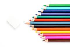 Lápices coloreados en un trozo de papel blanco Imagen de archivo libre de regalías
