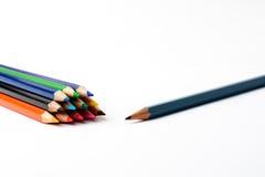Lápices coloreados en un trozo de papel blanco Fotografía de archivo libre de regalías