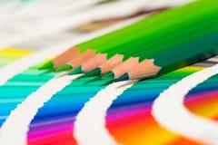 Lápices coloreados verdes y carta de color Fotografía de archivo libre de regalías