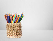 Lápices y plumas del color en florero Imagen de archivo