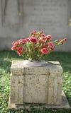 Lápida mortuaria con las flores Imagenes de archivo