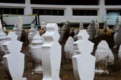 Lápidas mortuarias musulmanes malayas dentro de la mezquita en Malaca Malasia Foto de archivo libre de regalías