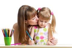 Lápis da mãe e da criança junto Fotografia de Stock