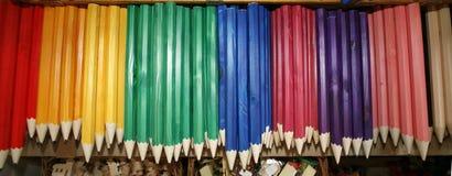 Lápis de tiragem coloridos em uma variedade de cores Fotos de Stock Royalty Free