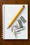 Lápis e grampos no caderno Foto de Stock
