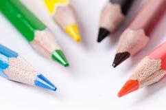 Lápiz del color aislado en un fondo blanco Líneas de lápices Concepto de la educación Porciones de lápices clasificados del color Fotografía de archivo
