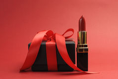 Lápiz labial rojo de lujo hermoso con el regalo del rectángulo negro Fotografía de archivo libre de regalías