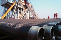 Ölplattform und Arbeitskraft Stockfotos