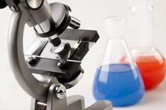 Líquido de la bruja del microscopio y de los frascos Foto de archivo libre de regalías