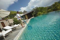 Líquido de limpeza da piscina, serviço profissional da limpeza no trabalho Fotografia de Stock