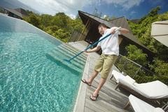 Líquido de limpeza da piscina, serviço profissional da limpeza no trabalho Foto de Stock Royalty Free