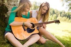 Lär att play gitarren Arkivbilder