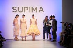 (LR) finalista Jeffrey Taylor de la competencia del diseño de Supima en etapa durante la competencia 2016 del diseño de Supima imagen de archivo