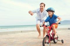 Lära att rida en cykel Royaltyfri Foto