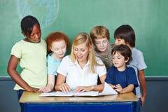 Lärare som förklarar att gradera till studenter Arkivfoto