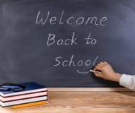Lärare som tillbaka förlägger leendesymbol på välkomnande till skolameddelande w Royaltyfri Bild