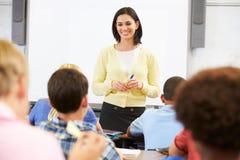 Lärare Standing In Front Of Class Of Pupils Fotografering för Bildbyråer
