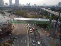 Взгляд строительства моста от окна поезда LRT Стоковое Изображение