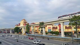 LRT passant par le mail d'IOI dans la ville de Puchong Photos libres de droits