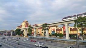 LRT que pasa por la alameda de IOI en la ciudad de Puchong Fotos de archivo libres de regalías