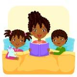 Läs- berättelse för svart familj Arkivbild