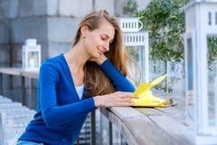 Läs- meny för ung nätt kvinna Fotografering för Bildbyråer