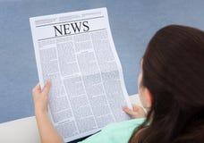 Läs- tidning för kvinna Royaltyfri Fotografi