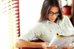 Läs- tidskrift för affärskvinna Royaltyfria Bilder