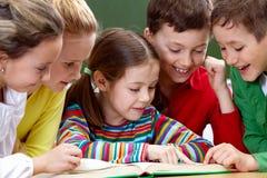 läsa för ungar Royaltyfria Bilder