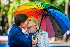 Älska par på ett datum under paraplyet Royaltyfria Foton