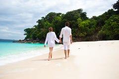 Älska par på strand Arkivbild
