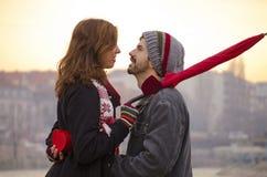 Älska par som ser varje andra, synar utomhus Arkivbilder