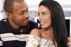 Älska par som ser varje annat le Arkivbilder