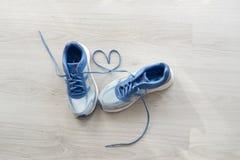Älska tecknet, sport för slut för selektiv fokus övre blå Royaltyfri Bild